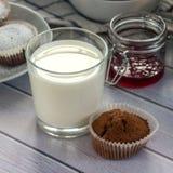 Szkło mleko, babeczka i czerwony dżem, Instagram kwadrat zdjęcie stock