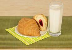 Szkło mleko i croissants fotografia royalty free