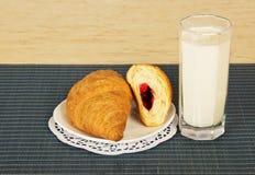 Szkło mleko i croissants obrazy royalty free