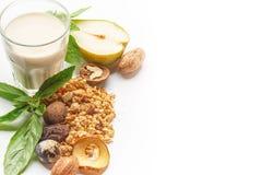 Szkło mleko i muesli z owoc i ziele na białym tle odosobniony fotografia royalty free