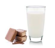 Szkło mleko i opłatki w czekoladzie obraz stock