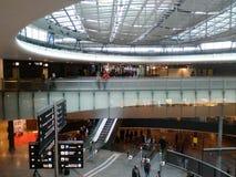 szkło most z pasażerami, lotnisko ZRH zdjęcia stock