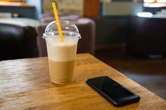 Szkło odświeżająca kawa z telefonem zdjęcie royalty free