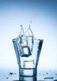 szkło odizolowywający pluśnięcia wody biel Zdjęcie Royalty Free
