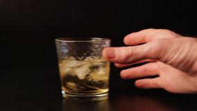 Szkło ono ślizga się przez prętowego kontuar alkohol Ręka podnosi up napój, zapętlającego zdjęcie wideo