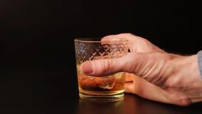Szkło ono ślizga się przez prętowego kontuar alkohol, zwolnione tempo Ręka podnosi up napój zbiory