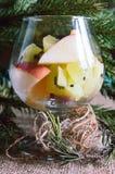 Szkło owoc na Bożenarodzeniowym tle z gałąź elomymi, zdjęcia royalty free