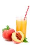 Szkło owocowy sok z słomy i cięcia brzoskwiniami odizolowywać na białym tle Obraz Royalty Free