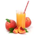 Szkło owocowy sok z słomy i cięcia brzoskwiniami odizolowywać na białym tle Zdjęcia Royalty Free