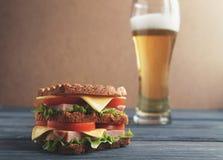 Szkło piwo hamburger drewniany tło zdjęcie stock