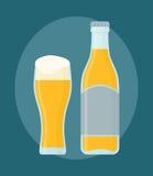 Szkło piwo i butelka Odizolowywający na zmroku - błękitny tło Zdjęcia Stock