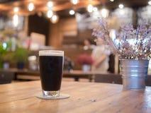 Szkło piwo na drewnianym stole obrazy stock