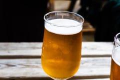 Szkło piwo na drewnianym stole Szkicu piwo słuzyć przy barem Szkło lekki piwo na drewnianej desce Słuzyć alkoholiczni napoje Zdjęcia Stock