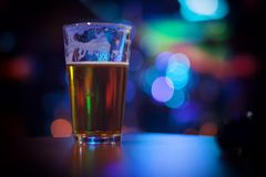 Szkło piwo z kolorowym tłem Zdjęcia Stock