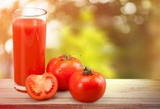 Szkło pomidorowy sok i świezi pomidory Fotografia Royalty Free