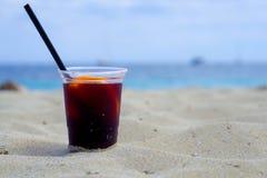 Szkło sangria na plaży zdjęcia stock