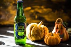 Szkło smakowity, złoty Heineken piwo w Październiku, fotografia stock