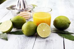 Szkło sok i plasterki pomarańczowa owoc na drewnianym tle Zdjęcia Stock