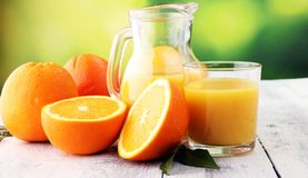 Szkło sok pomarańczowy i plasterki pomarańczowa owoc na drewnianym tle Zdjęcia Royalty Free