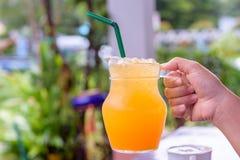 Szkło sok pomarańczowy w kobiety ręce Obraz Royalty Free