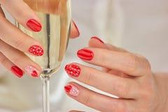 Szkło szampan w robić manikiur żeńskich rękach Zdjęcia Royalty Free