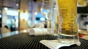 Szkło umieszczający na kontuarze w kawiarni piwo zbiory