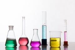 Szkło w chemicznym laboratorium wypełniał z barwionym cieczem podczas zdjęcia royalty free