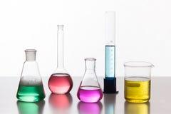 Szkło w chemicznym laboratorium wypełniał z barwionym cieczem podczas zdjęcia stock