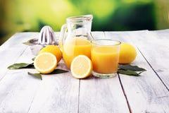 Szkło wapno sok i plasterki pomarańczowa owoc na drewnianym tle Fotografia Royalty Free