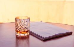 Szkło whisky dostaje pracę robi zdjęcia stock