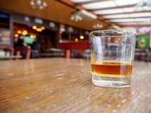 Szkło whisky w pubie, Montreux, Szwajcaria zdjęcie stock