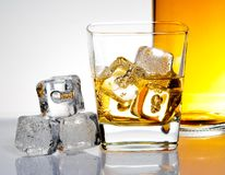 Szkło whisky z lodem Zdjęcia Stock