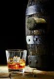 Szkło whisky z lodem i dębową baryłką zdjęcia royalty free