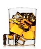 Szkło whisky z lodu i kostek lodu kłamać Zdjęcia Stock