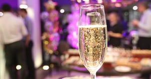 Szkło wina wydźwignięcie gulgocze wakacyjnego przyjęcia zdjęcie wideo