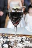 Szkło wino dla ślubnej ceremonii panny młodej ceremonii kwiatu ślub Ortodoks w Fotografia Stock