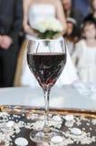 Szkło wino dla ślubnej ceremonii panny młodej ceremonii kwiatu ślub Ortodoks w Obrazy Stock