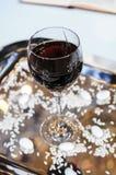 Szkło wino dla ślubnej ceremonii panny młodej ceremonii kwiatu ślub Ortodoks w Zdjęcie Royalty Free