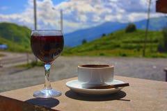 Szkło wino, filiżanka coffe i papieros, zdjęcie stock