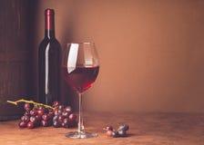 Szkło wino wiązka czerwonego winogrona zmroku tło kosmos kopii Wci?? ?ycie stylu zmrok Selekcyjna ostro?? fotografia stock