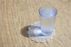 Szkło woda na stole, Słuzyć przy kawiarnią Obrazy Stock