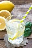 Szkło woda z świeżym cytryna sokiem fotografia stock