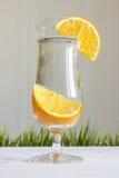 Szkło woda z pomarańcze na białym tle Fotografia Royalty Free