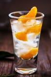 Szkło z świeżymi soczystymi dojrzałymi mandarynów Tangerines, lód Odbitkowa przestrzeń i zbliżenie na ciemnym tle Frontowy widok Obrazy Stock