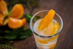 Szkło z świeżymi soczystymi dojrzałymi mandarynów Tangerines, lód Odbitkowa przestrzeń i zbliżenie na ciemnym tle Odgórny widok Zdjęcie Stock