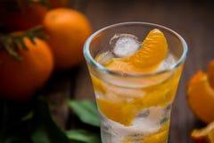 Szkło z świeżymi soczystymi dojrzałymi mandarynów Tangerines, lód Odbitkowa przestrzeń i zbliżenie na ciemnym tle Odgórny widok Obraz Stock