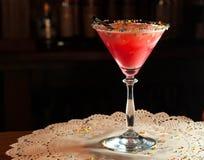 Szkło z czerwonym alkoholu napojem, słomą i fotografia royalty free