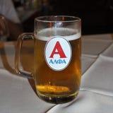 Szkło z Greckim piwnym Alfa zdjęcia royalty free