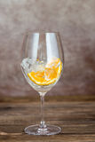 Szkło z lodem i pomarańcze fotografia stock