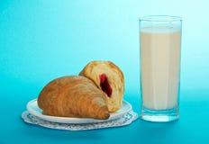Szkło z mlekiem i croissants obrazy royalty free